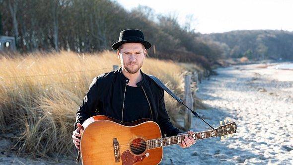 Johannes Oerding singt mit seiner Freundin Ina Müller - Foto: TVNOW / Markus Hertrich