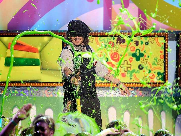 Kids Choice Awards Johnny Depp durfte als Preisträger selbst zur Schleimkanone greifen und die Zuschauer ärgern.,