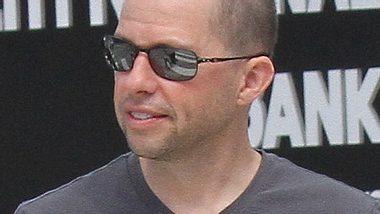 Eigentlich sieht Jon Cryer alias Alan Harper ziemlich glatzköpfig aus. - Foto: WENN.com