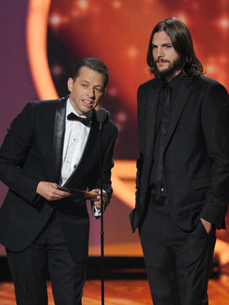 Die Emmy Awards 2011 - Die HighlightsJon Cryer und Ashton Kutcher durften ebenfalls einen Preis auf den Emmy Awards 2011 überreichen. Warum sie wohl aufgeregter waren, wegen der Preisverleihung oder weil nicht ganz einen Tag später ihre neu