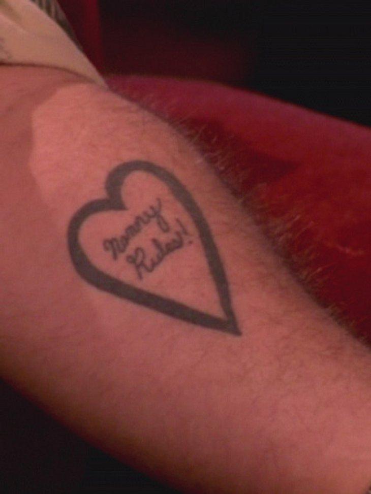 """Die Tattoos der Stars: Diese Bilder gehen unter die HautHier liebt jemand seine Mama ganz besonders, wer würde sich sonst eine Tätowierung mit """"Mommy Rules!"""" stechen lassen."""