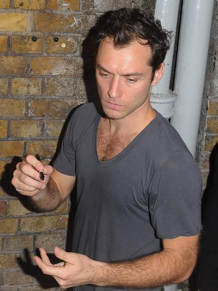 Tattoos: Diese Star-Bilder gehen unter die HautWas immer er sich auch dabei gedacht hat ... Diese Tattoos gehören Jude Law.