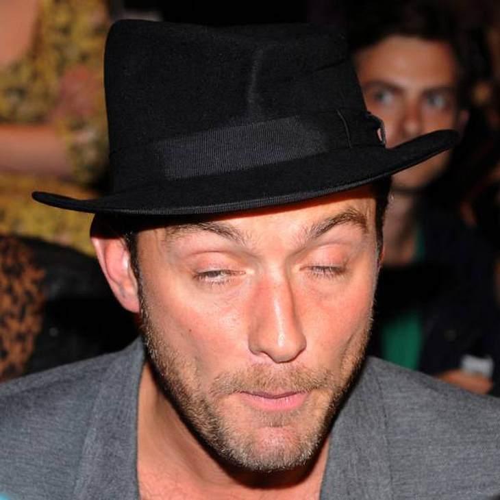 VIP-Grimassen: Einmal komisch gucken, bitte!Live dabei bei einer Gesichtsentgleisung von sexy  Jude Law. Hier hat er möglicherweise ein bisschen zu tief ins Glas geguckt.