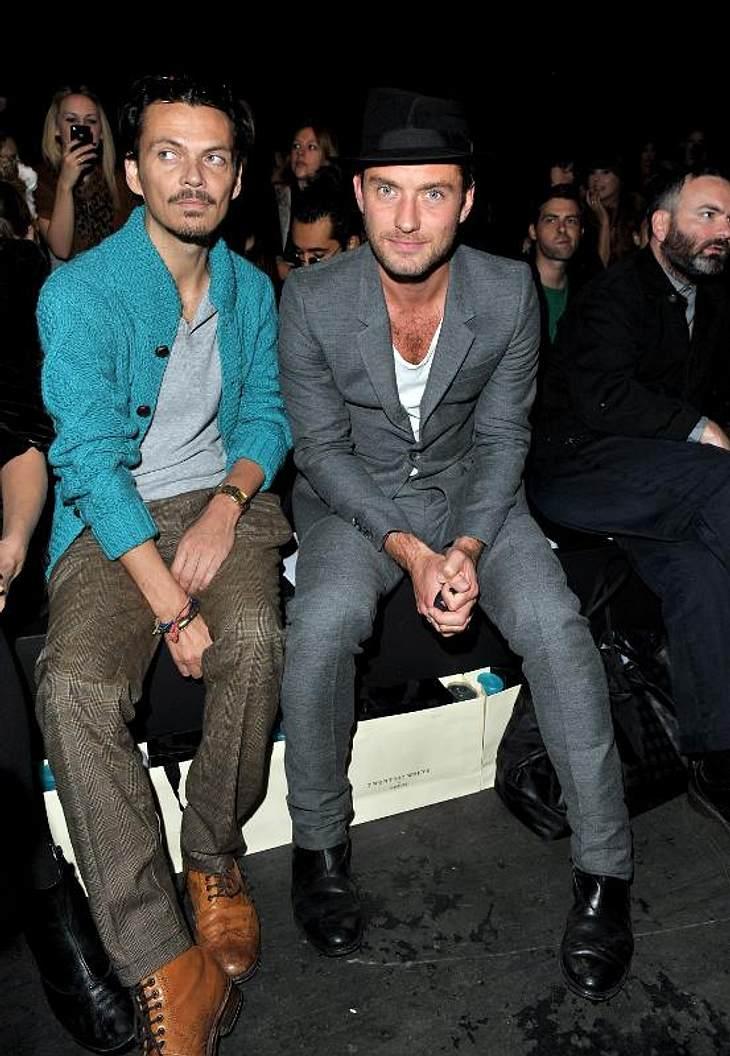 ,Jude Law hat neben seinem Buddy Matthew Williamson Platz genommen.