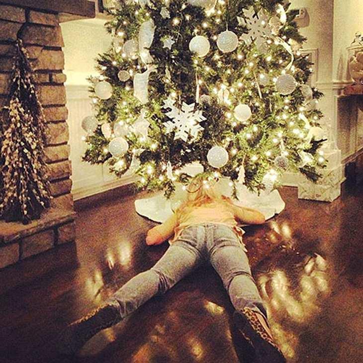 Ho Ho Ho - Stars im WeihnachtsfieberJulianne Hough (24) liegt ihrem Weihnachtsbaum im wahrsten Sinne des Wortes zu Füßen.
