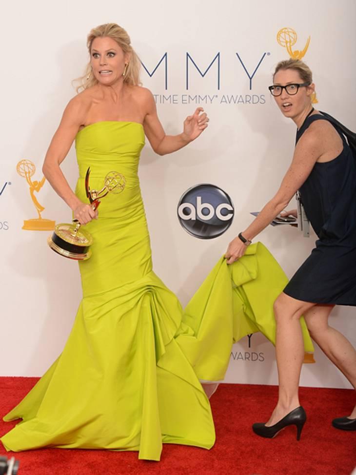 Die Emmy Awards 2012 - Die HighlightsUpppsss... Julie Bowen (42) hatte ein paar Schwierigkeiten mit ihrer gelben Monique-Lhuillier-Robe. Sie und ihre Assistentin schauten leicht irritiert drein... Ansonsten verlief der Abend aber zur vollst