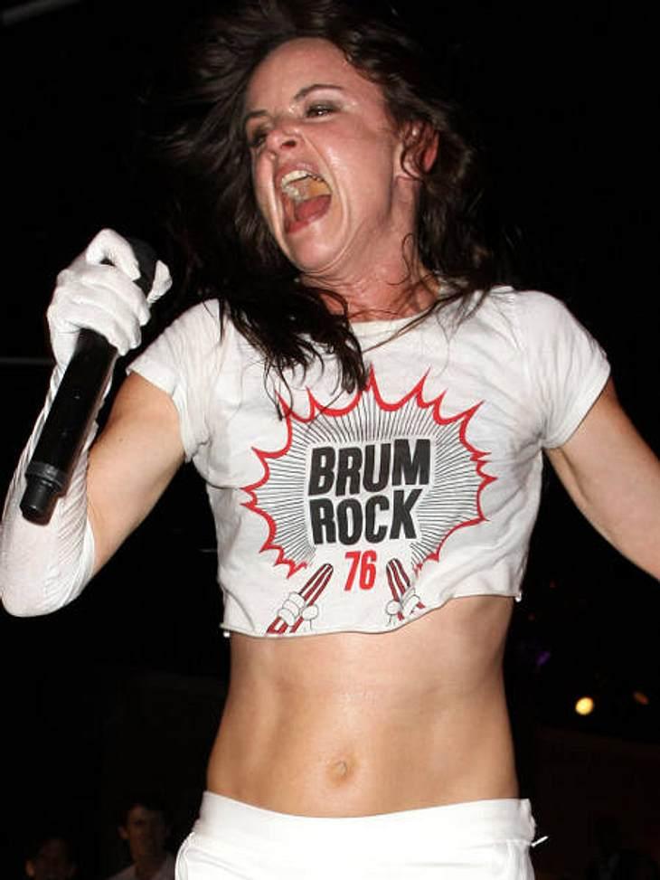 VIP-GrimassenVoller Inbrunst rockt Juliette Lewis über die Bühne. Wie ein wildes Tier tritt sie vor ihre Zuschauer.