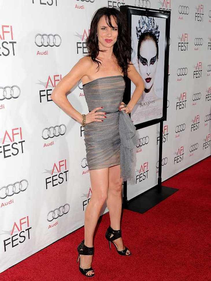 Schauspielerin und Sängerin Juliette Lewis steht auf die glänzenden Nieten-High-Heels.