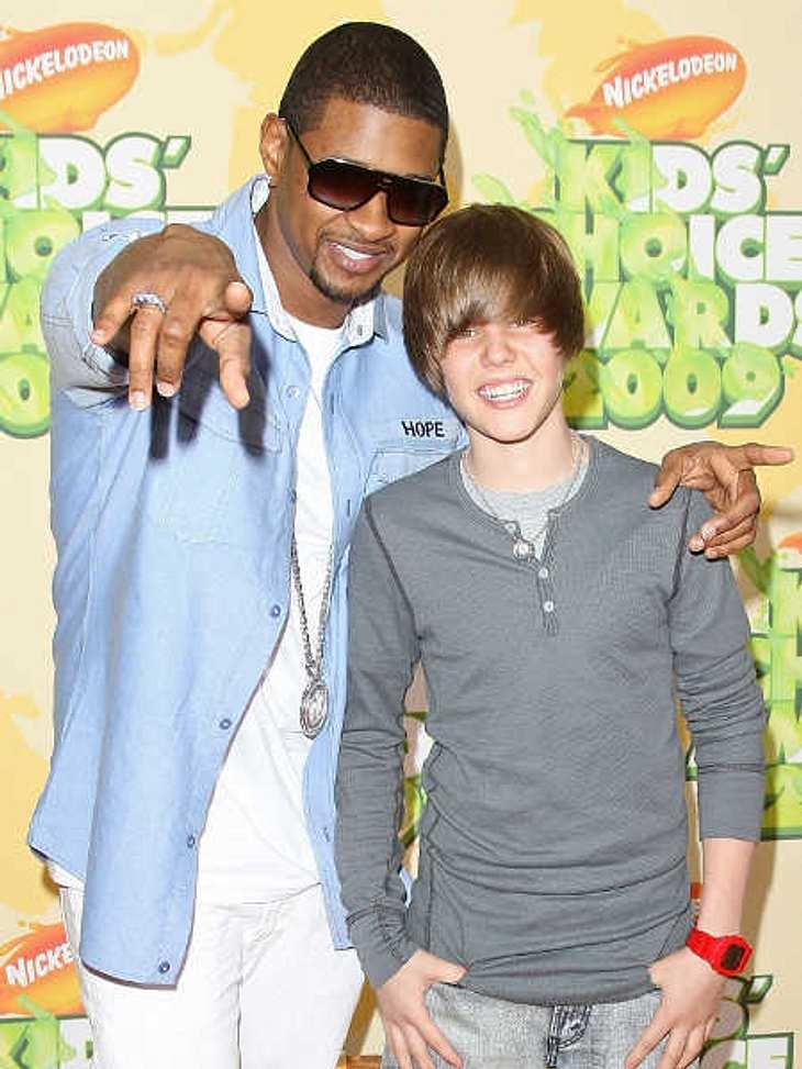"""Justin Bieber - Seine schönsten Momente: März 2009,Hier ist Justin Bieber mit seinem Mentor Usher bei den """"Nickelodeon Kids' Choice Awards"""". Damals war Justin gerade 15 geworden und seine erste Single """"One Time"""" sollte b"""