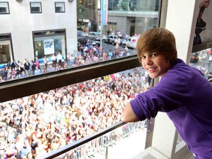 Justin Bieber - Seine schönsten Momente: September 2009,Schnell hat Justin Bieber eine riesige Fangemeinde, die ihn auf Schritt und Tritt verfolgt.