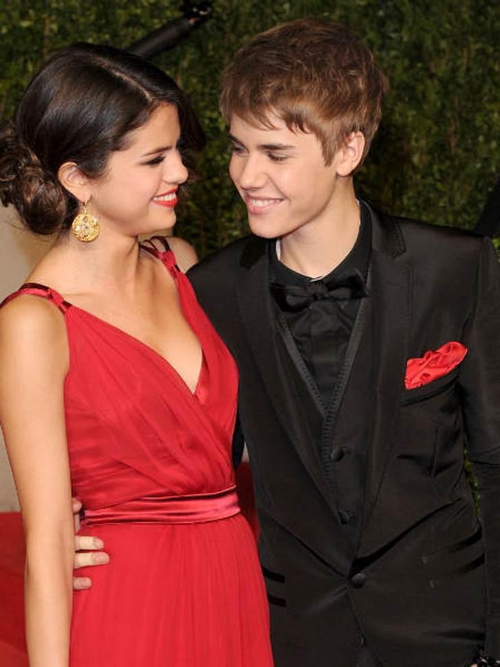 """Justin Bieber - Seine schönsten Momente: Februar 2011,Erster offizieller gemeinsamer Auftritt: Justin Bieber und Selena Gomez gingen gemeinsam zur """"Vanity Fair Oscar Party""""."""