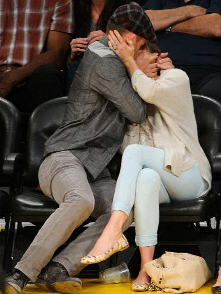 Stars beim Knutschen...und dann die volle Knutsch-Attacke! Beim Basketball-Spiel der Los Angeles Lakers fielen Justin Timberlake (31) und Jessica Biel (30) ganz ungehemmt übereinander her.