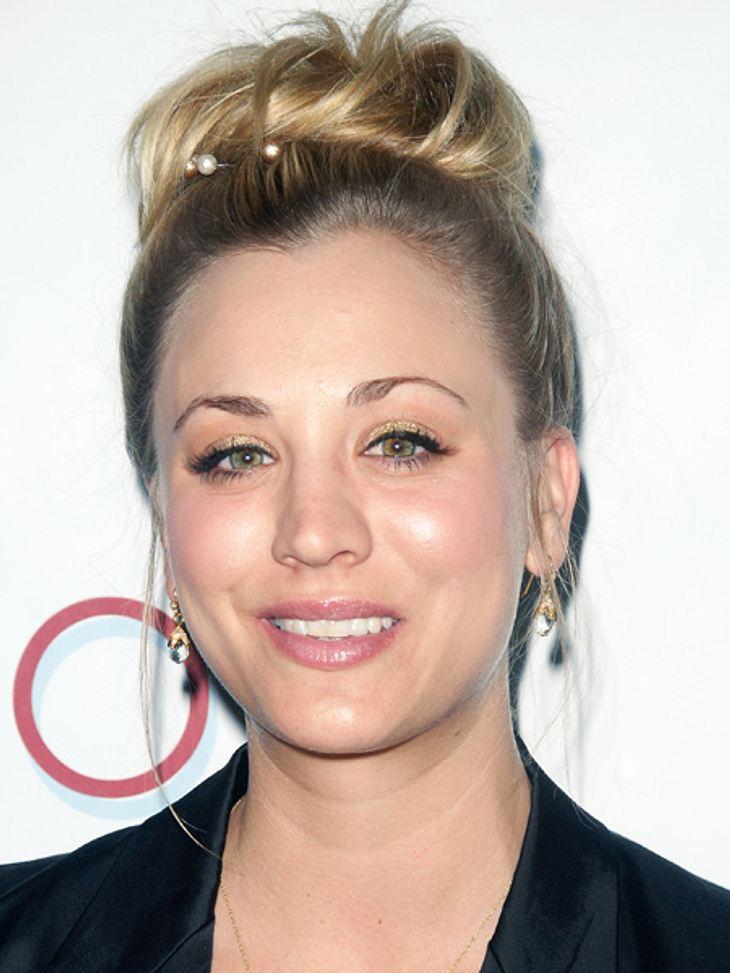 Retro, süß, lässig: Die Frisuren von Kaley CuocoEin größerer Dutt im Undone-Look. Zur Zierde hat die Schauspielerin ihre Frisur noch mit Perlen geschmückt.