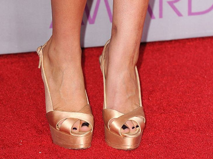 Stars: Zeigt her eure Füße!Welche Schauspielerin, die in einer Hit-Sitcom mit einem Haufen Nerds zu tun hat, liebt es golden?