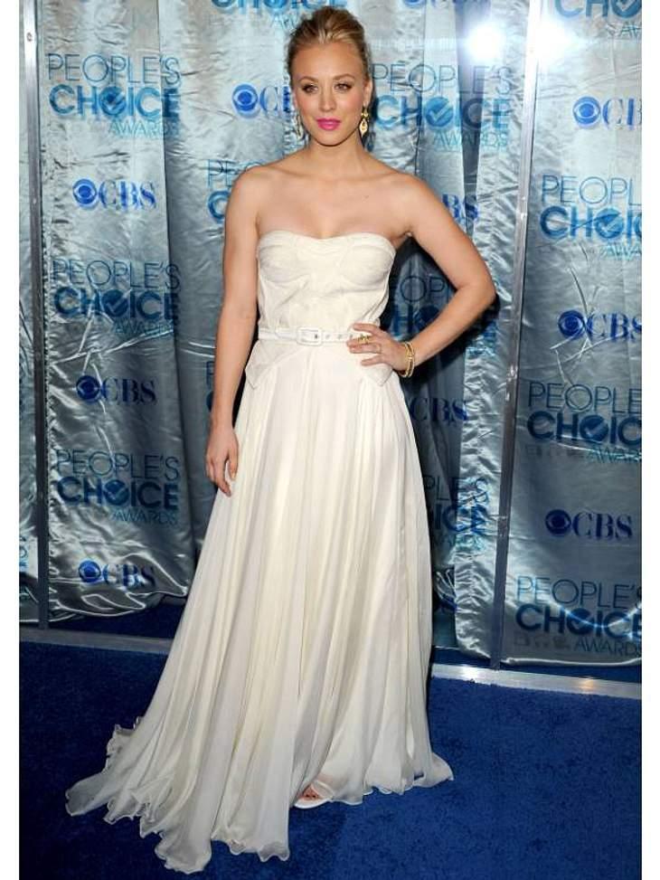 """Die Luxus-Ballkleider der Stars """"Big Bang Theory""""-Star Kaley Cuoco trägt das, was viele Frauen zu ihrer Hochzeit tragen - Reinweiß ohne viel Schnickschnack."""