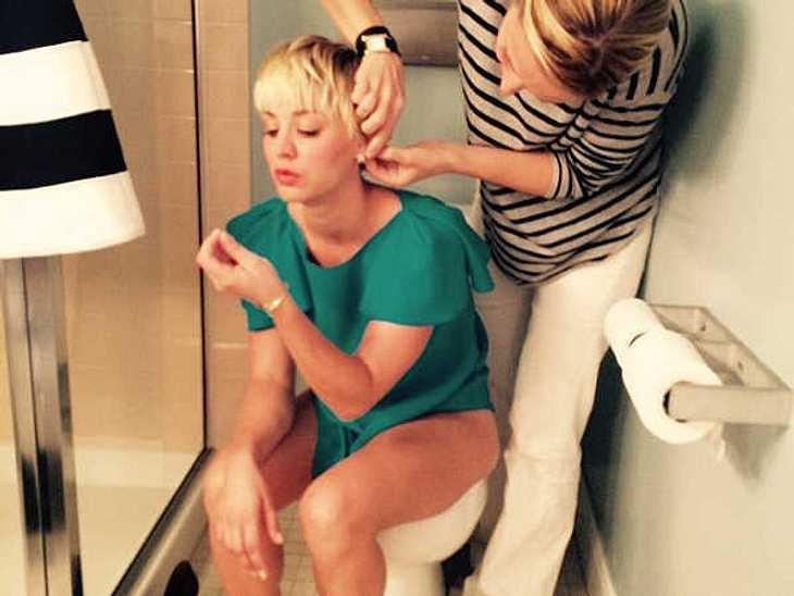 Nach dem Hacker-Angriff fürchtet sich ganz Hollywood, dass private Fotos im Netz auftauchen könnten. Kaley Cuoco geht lieber in die Offensive und postet freiwillig ein intimes Toiletten-Pic. Clever!