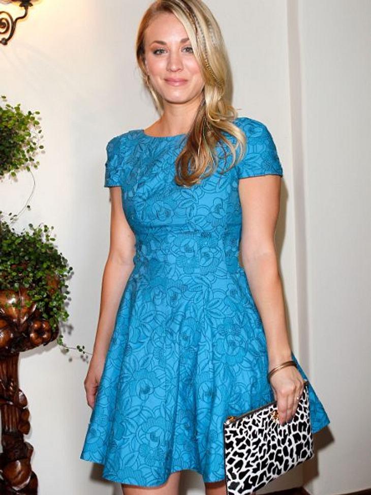 """Kaley Cuoco - Die Taschen-FetischistinBeim """"P.S. ARTS Bag Lunch"""" entschied sich  Kaley Cuoco für eine eher außergewöhnliche Kombination. Zum blauen Blümchenkleid wählte sie..."""