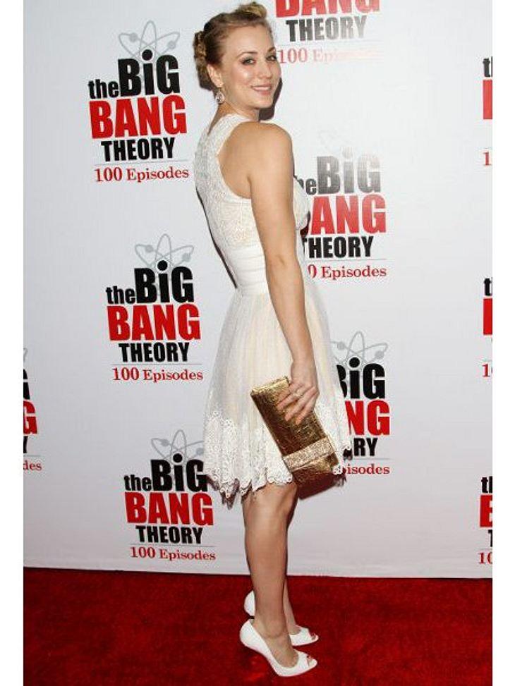 """Kaley Cuoco - Die Taschen-FetischistinAuch die 100. Episode von """"Big Bang Theory"""" wurde gebührend gefeiert. Die Schauspielerin entschied sich zur Feier des Tages für goldene Accessoires."""