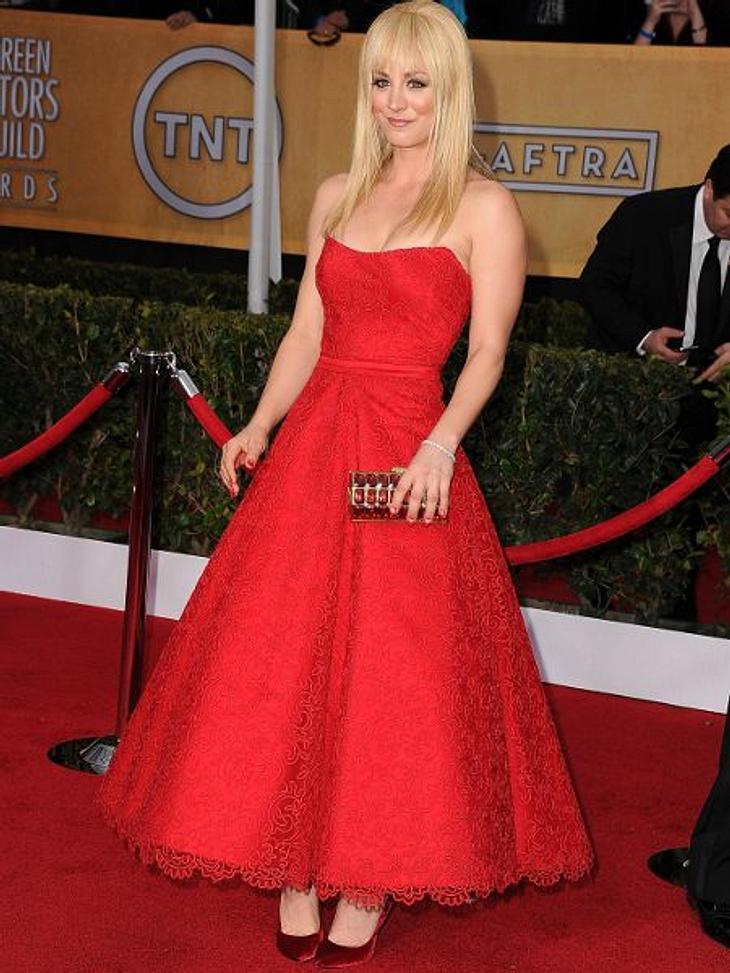 """Kaley Cuoco - Die Taschen-FetischistinLady in Red! Die Blondine gibt bei den """"Screen Actors Guild Awards"""" so richtig Gas. Einmal die volle Ladung Fashion-Leidenschaft. Die Tasche dazu ist klein, aber opulent."""