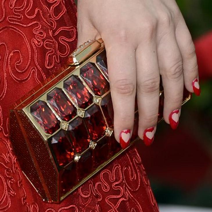 Kaley Cuoco - Die Taschen-FetischistinÜber und über mit roten Steinen besetzt, kommt die Clutch als kleines Kunstwerk daher.