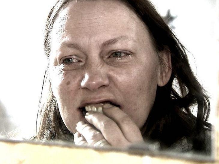 """""""Extrem schön"""" - Die VerwandlungKarin hat große Probleme mit ihren Zähnen. Attraktiv fühlt sie sich schon lange nicht mehr."""