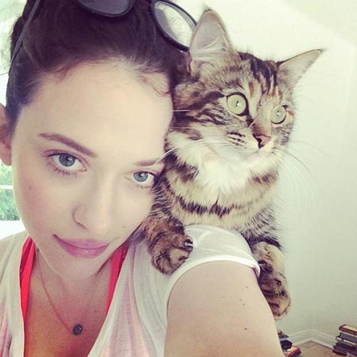 """""""Two Broke Girls""""-Star Kat Dennings mit ihrer Katze."""