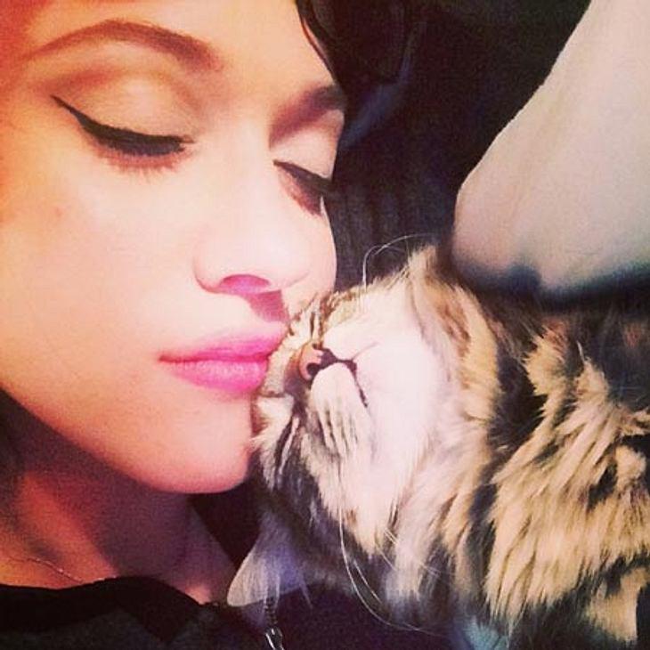 Kat Dennings kuschelt mit ihrer Katze.
