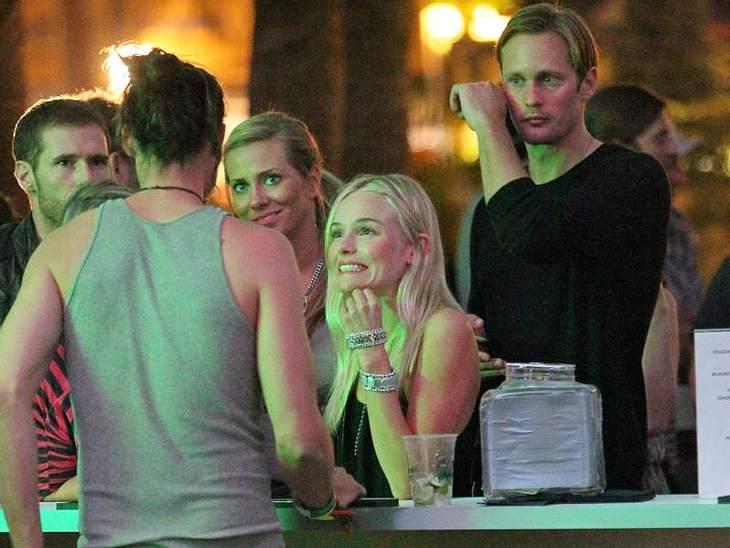 Coachella Festival  Kate Bosworth flirtet mit dem Bar-Mann und ihr Freund Alexander Skarsgard steht dahinter.