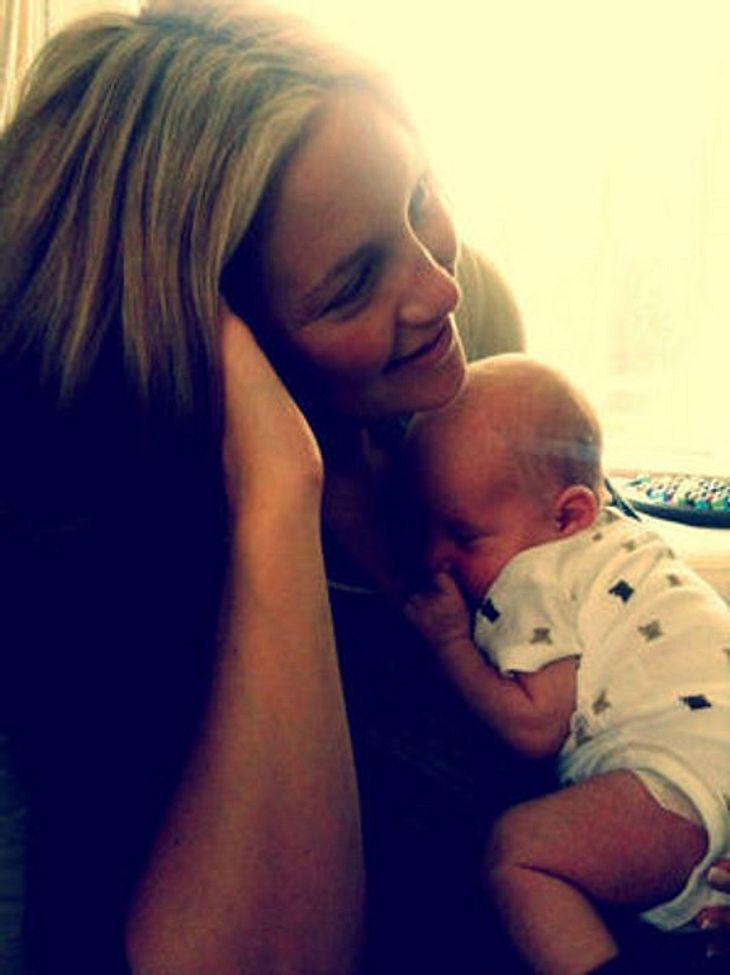 Kate Hudson zeigt uns ihren kleinen Sohn Bingham. Der süße Fratz schmiegt sich ganz eng an seine Mama. Der stolze Papa Matt Bellamy postete dieses niedliche Foto auf seinem Twitter-Account.