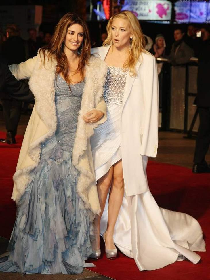 Zwei Frostbeulen auf einmal: Kate Hudson und Penélope Cruz versuchen sich gegenseitig warm zu halten. Ihre wallenden Mäntel tun das Übrige.