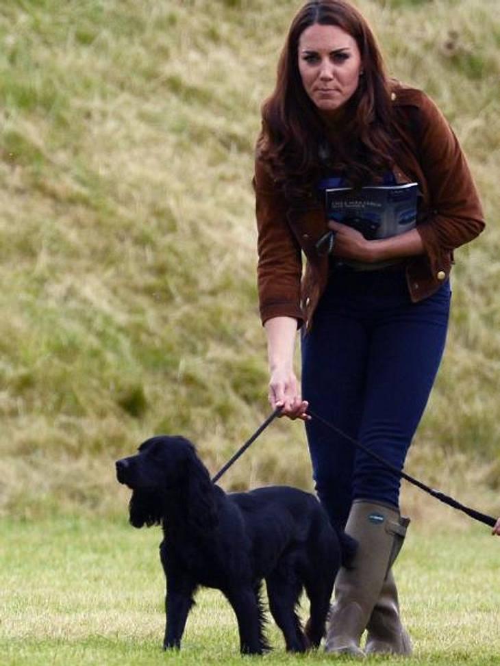 V.I.Pets: Stars lieben ihre HundeIhren Cocker Spaniel Lupo hat Herzogin Kate (30) immer im Schlepptau. Wenn die Gerüchte stimmen, werden sich Kate und William (30) schon bald um ihr erstes Baby kümmern. Solange nimmt der Welpe ihre ganze Au