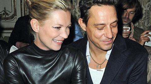 Schaffen sie es dieses Mal vor den Traualtar? Kate Moss und Rocker-Freund Jamie Hince sollen sich verlobt haben - Foto: GettyImages