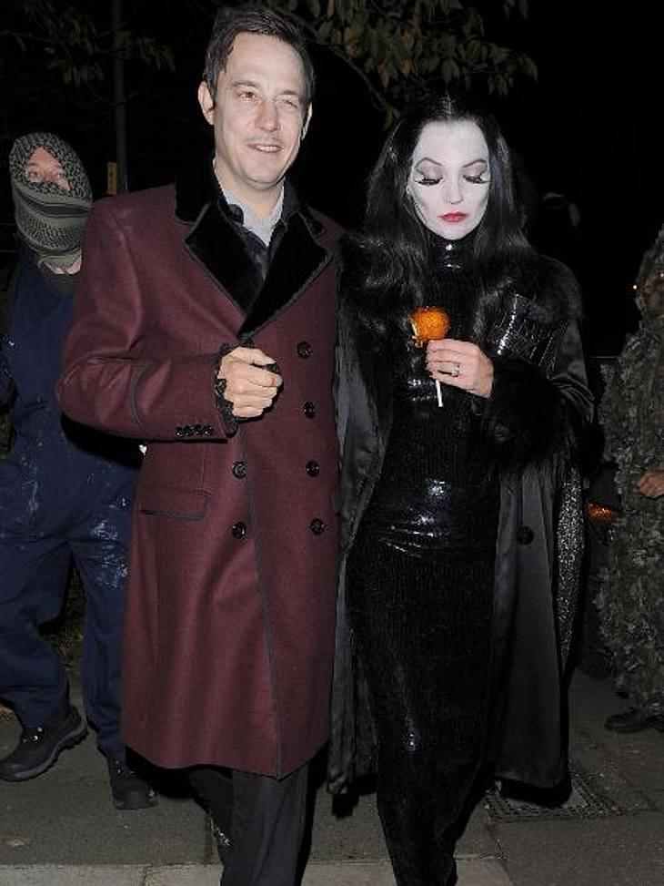 Die schräge Kostüm-Parade der StarsKate Moss (38) und Jamie Hince (43) versetzten die anderen Partygäste als Morticia und Gomez Addams in Angst und Schrecken.