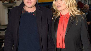 Kate Moss und Nikolai von Bismarck zeigen sich ganz verliebt - Foto: WENN