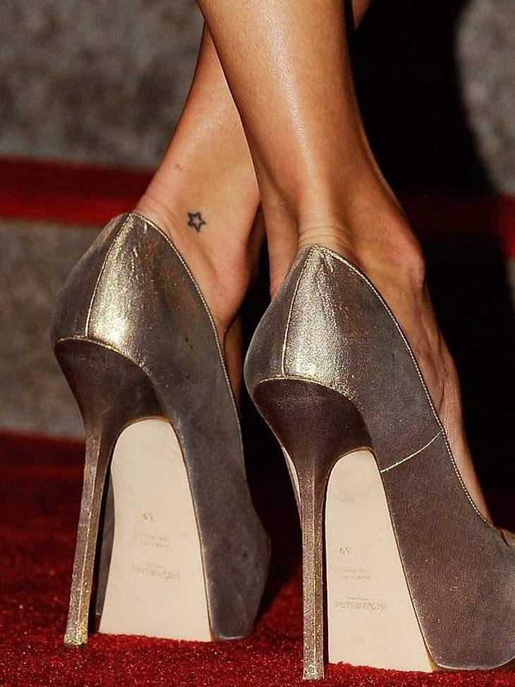 Tattoos: Diese Star-Bilder gehen unter die HautEin klitzekleines Sternchen am Fuß: Das ist eines der Tattoos von ....?