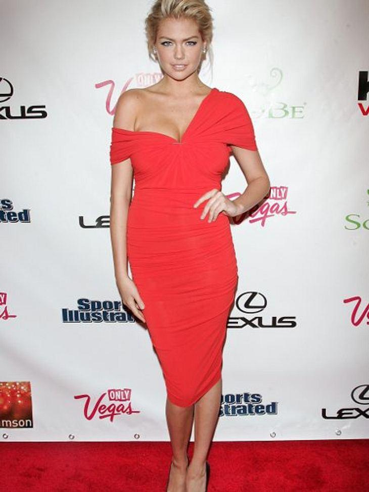 Zwei Stars, ein Kleid: Diese Stars tragen die gleichen Klamotten!Der Look von Kate Upton: Das Model sieht aus, als ob sie schon halb-ausgezogen wäre - zu freizügig.