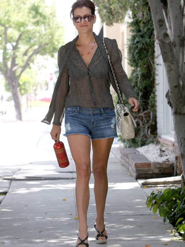 Stars lieben Jeans-ShortsKate Walsh kombiniert Jeans-Shorts zur schicken transparenten Bluse und lässt dabei besonders tief blicken.,Klau den Look der Stars