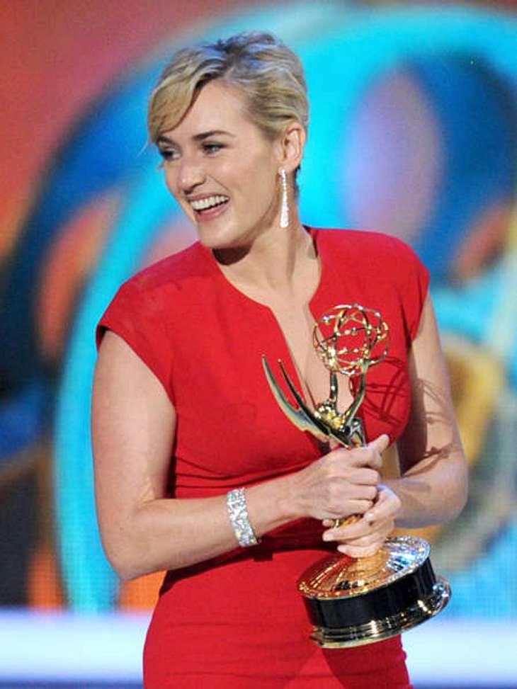 Die Emmy Awards 2011 - Die HighlightsKate Winslet kümmerte es wenig, die Freude über den Preis war größer!