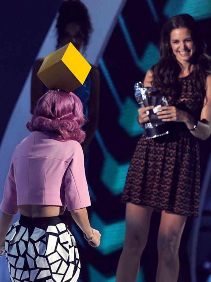 VMA 2011 - Die HighlightsKaty Perry bekam einen ihrer Awards von Katie Holmes überreicht.