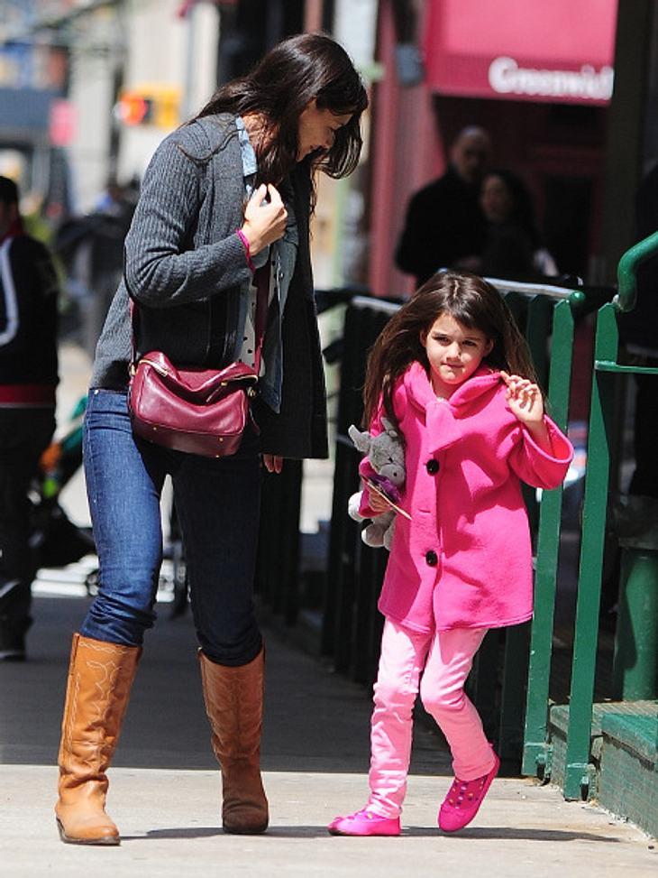 Katie Holmes genießt mit Tochter Suri die Sonne.
