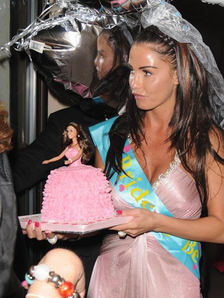 Stars ♥ Torte!Ein Püppchen für's Püppchen: Katie Price (33) hat dieses zuckersüße Törtchen in Form einer Katie-Price-Barbie bekommen. Ein Traum für jede kleine Tussi.