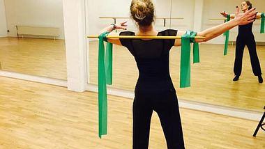 Der Stock zwingt sie in die gerade Tanzhaltung - Foto: Facebook / Katja Burkard
