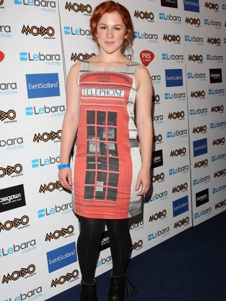 Star-Style: Die größten Fashion-Fiaskos im OktoberDie britische Singer-Songwriterin Katy B. ist scheinbar sehr stolz auf die roten Telefonzellen in London und hat sie doch glatt als Kleidmotiv gewählt. Keine gute Idee!