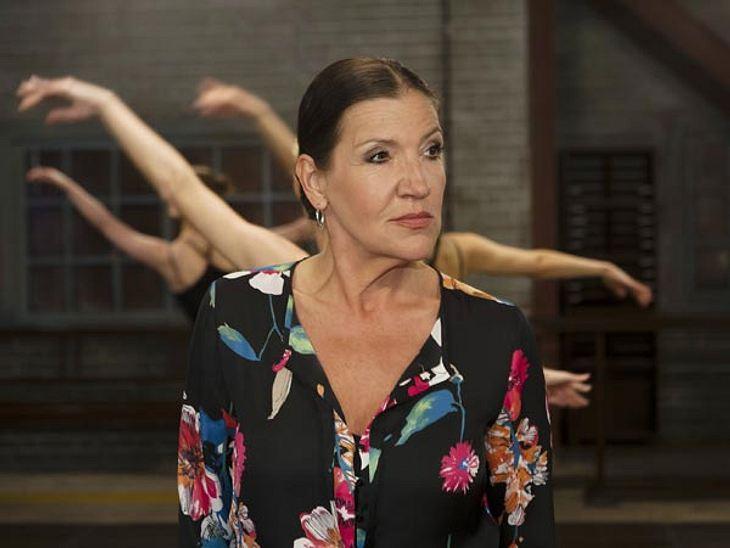 Ballettlehrerin Ludmilla hat ihre Schülerinnnen im Griff