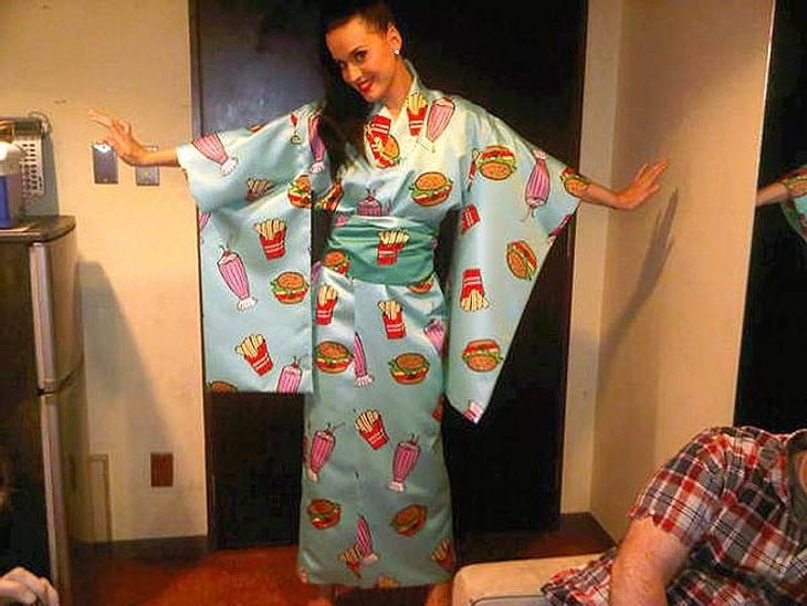 In Tokio zieht sich Katy Perry stilecht und traditionell an. So posiert sie im Kimono bedruckt mit Burgern, Pommes und Milchshakes.