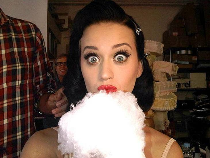"""Katy Perry Welt ist bunt und das zeigt sie auch jedem, der das sehen will .... und eigentlich auch allen anderen. Regelmäßig verzückt sie uns mit witzigen TwitPics bei Twitter. Wir haben die verrücktesten für Euch!""""Zucker-Schock!"""""""