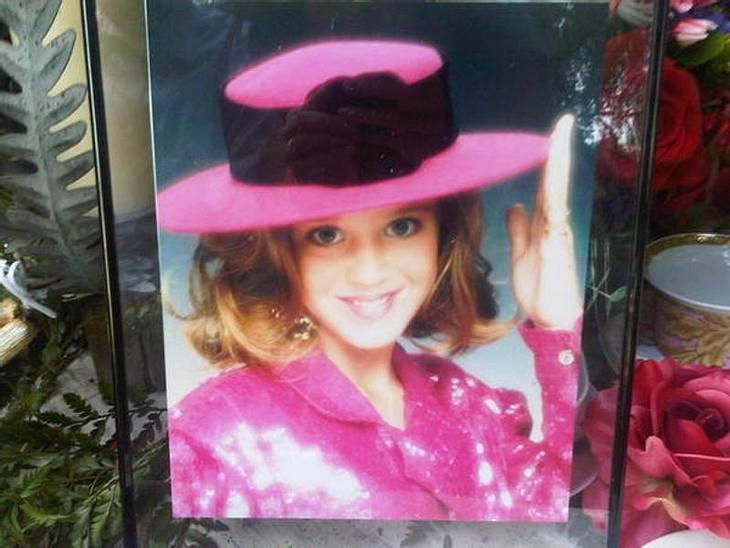 Auf der Kommode ihrer Eltern steht ein Foto aus Katys Kindheit - auch damals war sie schon ... speziell!