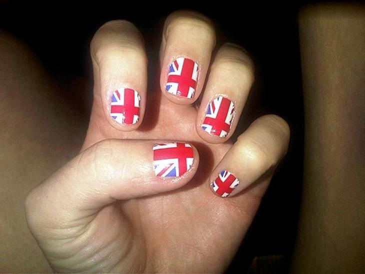 England-Fan Katy zeigt Flagge nach der Maniküre.