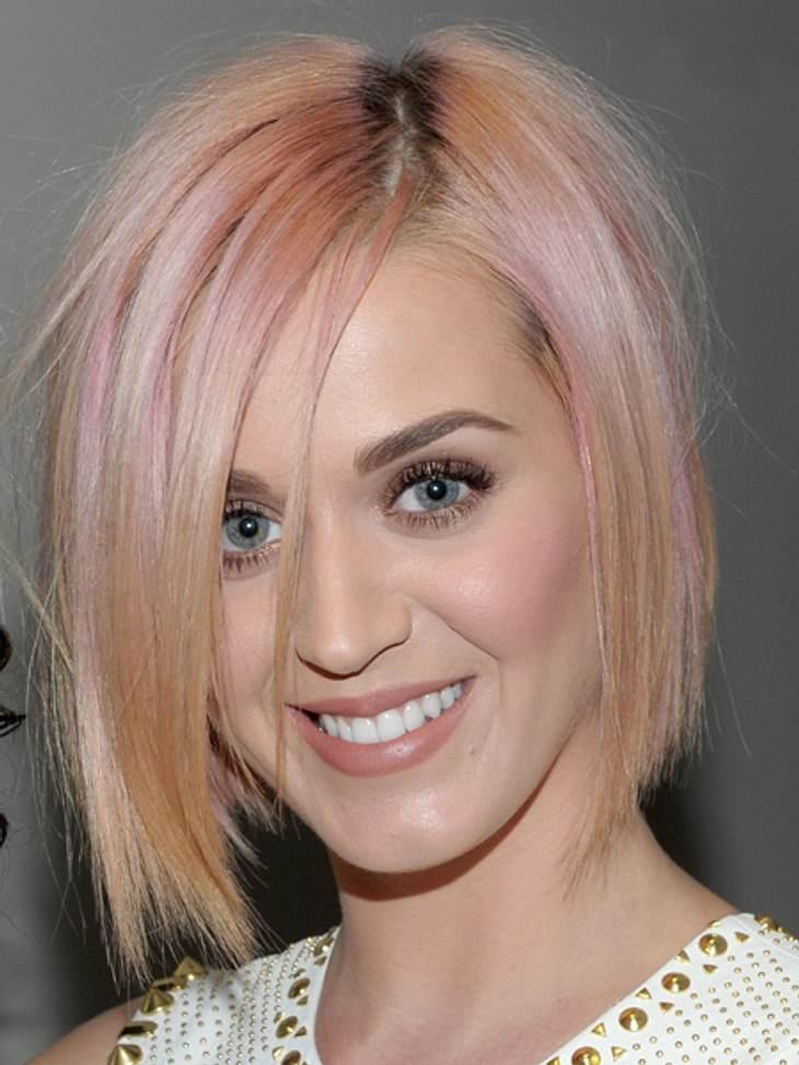 Buntlöckchen - Die Stars setzen auf bunte HaareKaty Perry (27) legte eine wahre Haar-Metamorphose hin. Die als Brünette bekannt gewordene Sängerin kehrte zuerst zu ihrer Naturhaarfarbe blond zurück. Doch das war nur der erste Schritt auf de