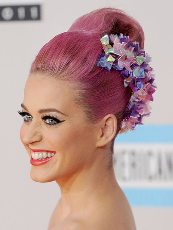 Buntlöckchen - Die Stars setzen auf bunte Haare... zu ihrer eigentlichen Wunschfarbe Rosa. Die blieb auch einige Monate. Dann aber kam die Trennung von Russell Brand und Katy wechselte die Farbe...